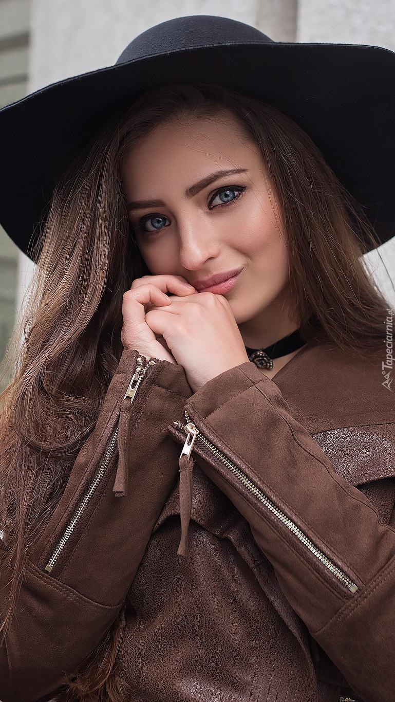 Kobietao ciepłym spojrzeniu w kapeluszu