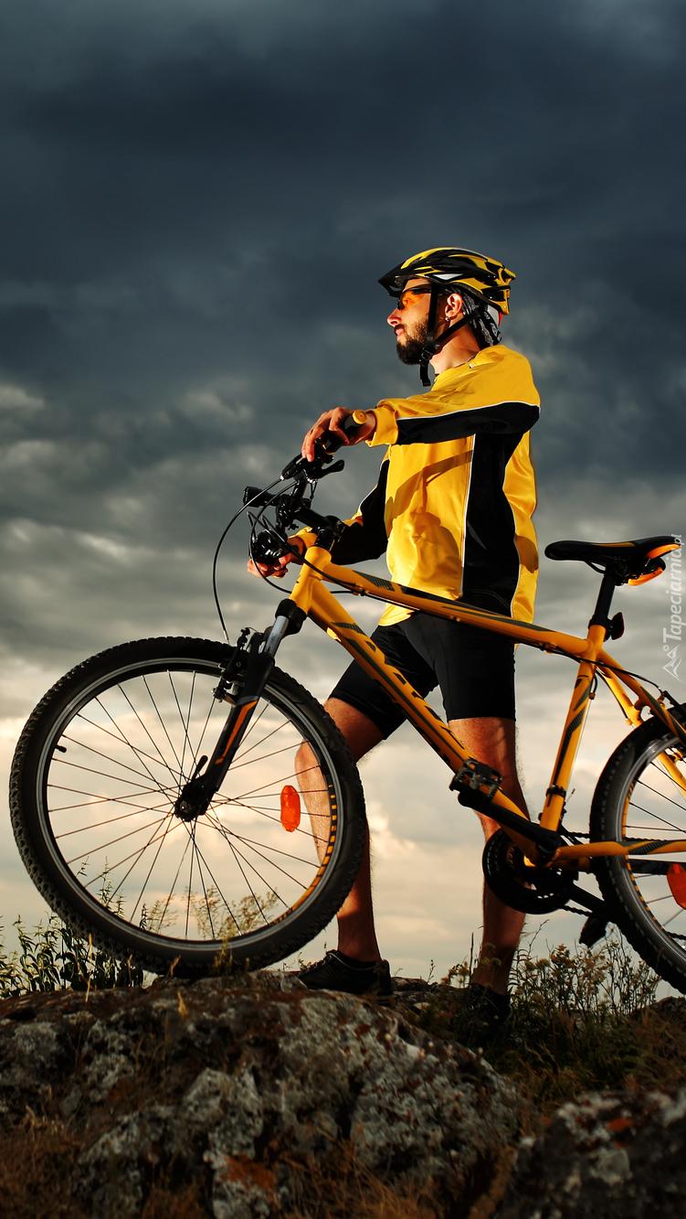 Kolarz przy rowerze