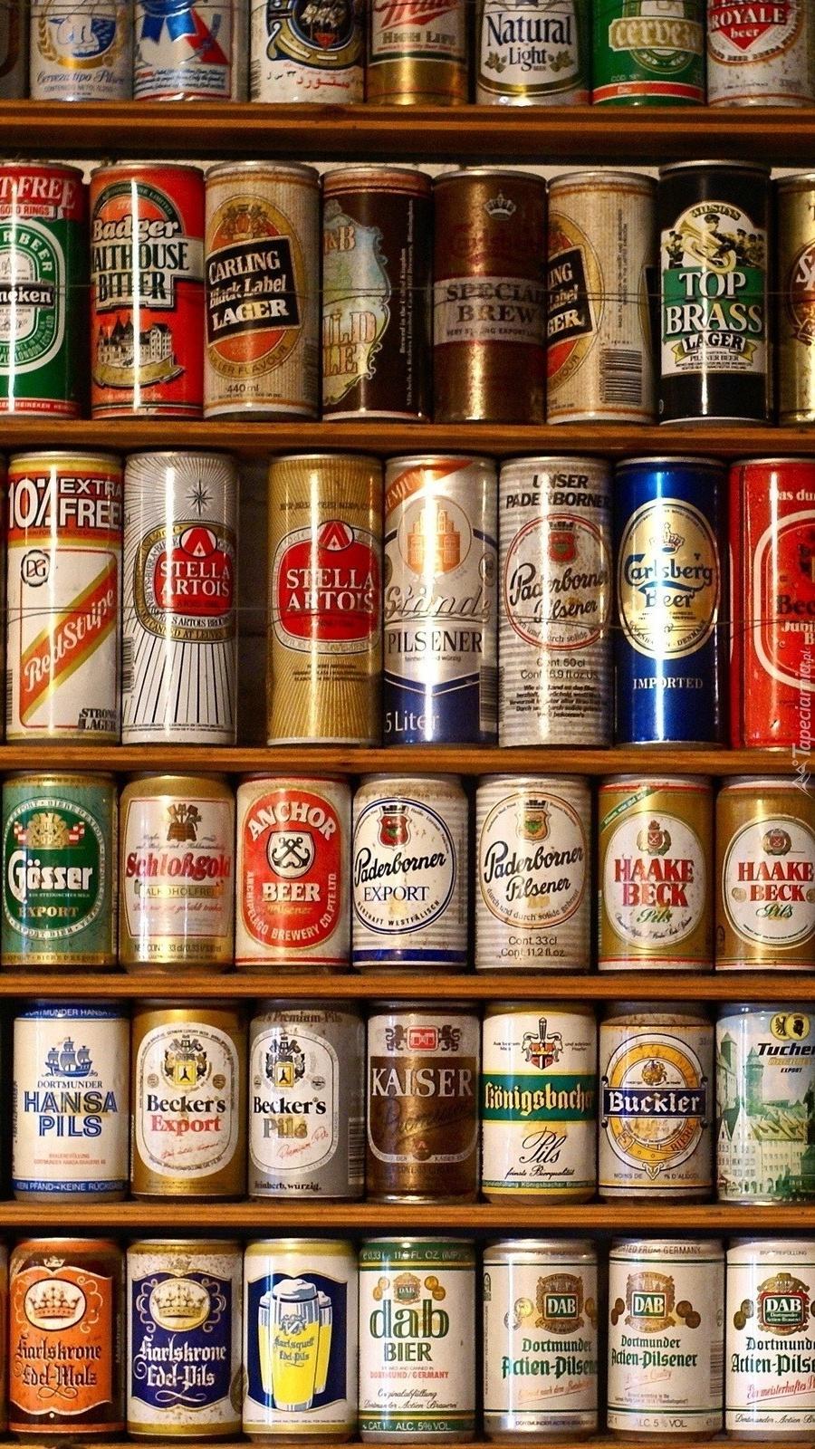 Kolekcja puszek piwa na regale