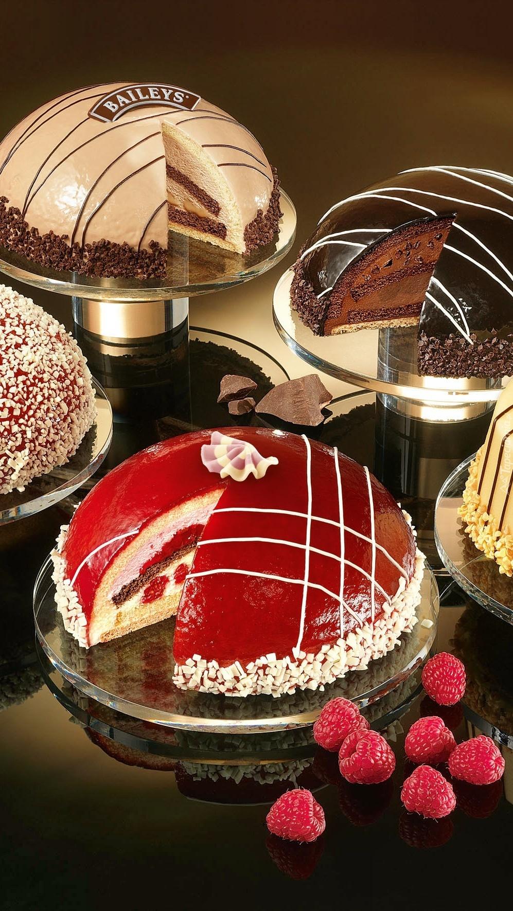 Kolorowe ciasta na paterach