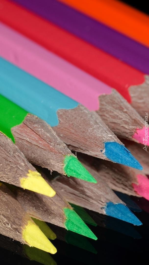 Kolorowe kredki w odbiciu