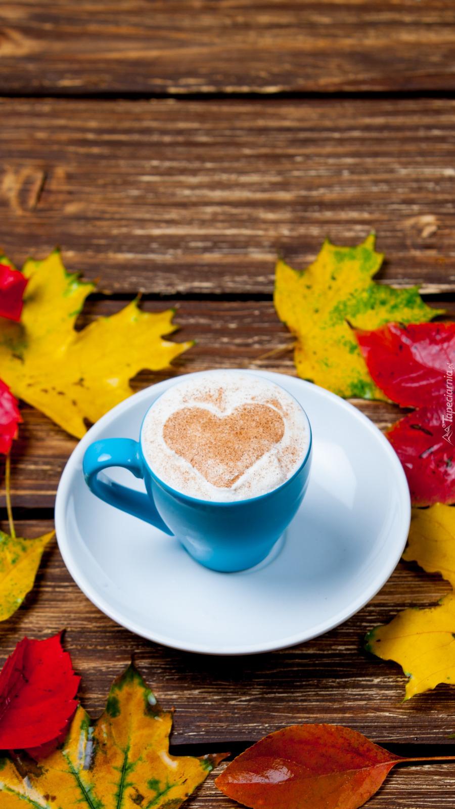 Kolorowe liście klonu obok filiżanki z kawą