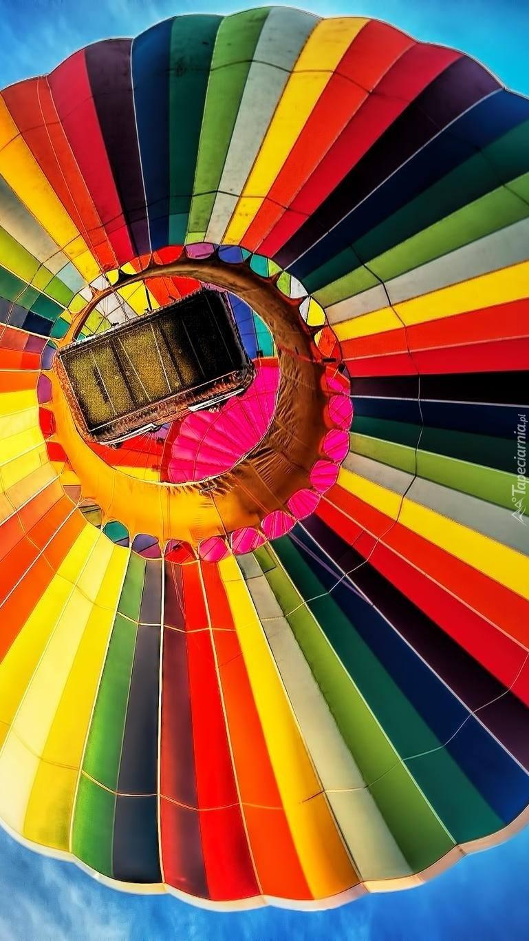 Kolorowy balon na niebie