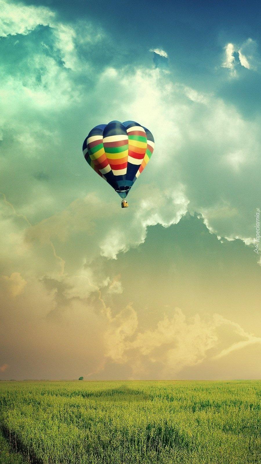 Kolorowy balon w chmurach