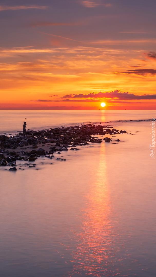 Kolorowy zachód słońca nad morzem