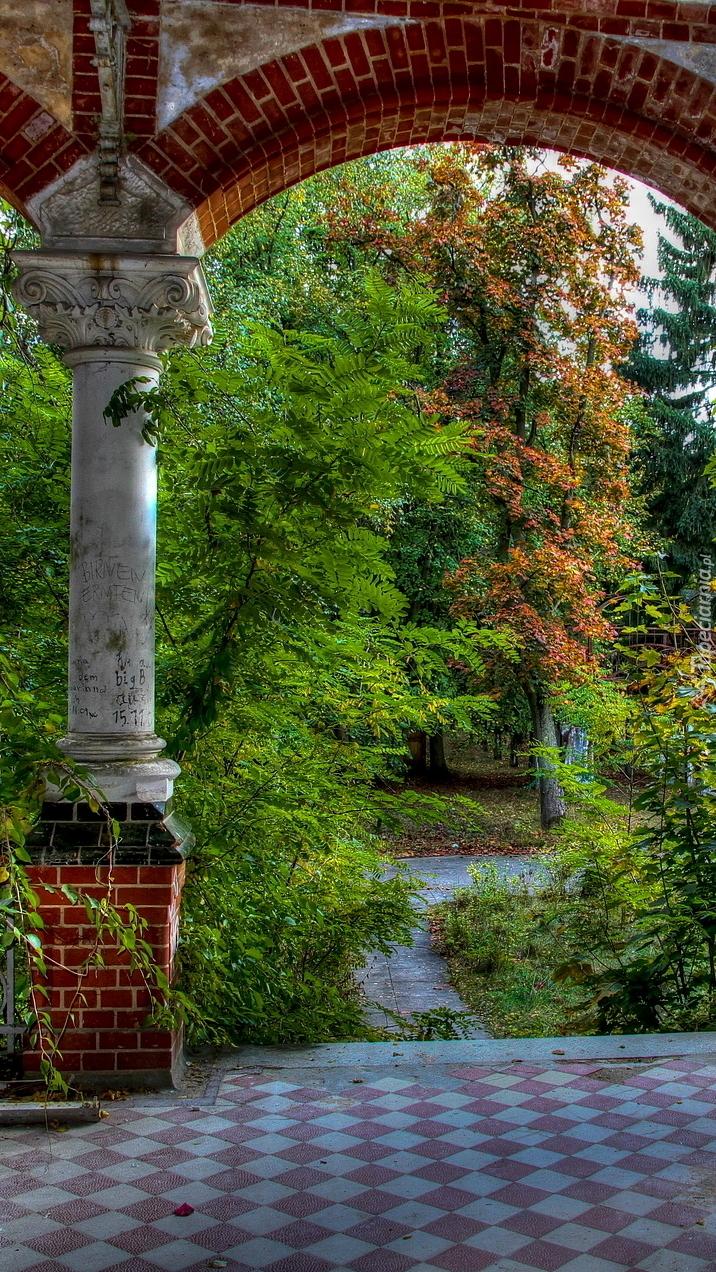 Kolumny przy wejściu do ogrodu