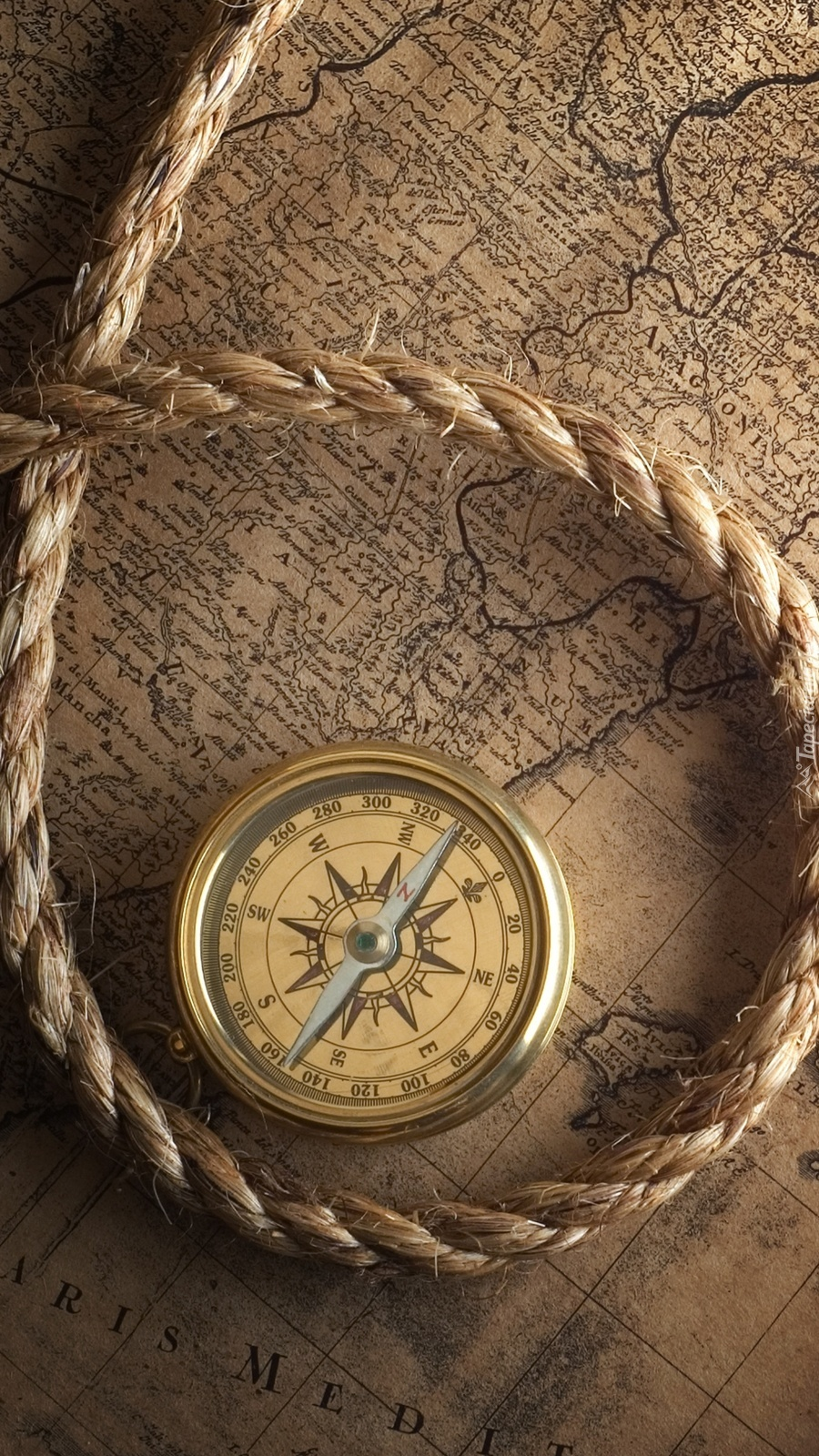Kompas i sznur na starej mapie
