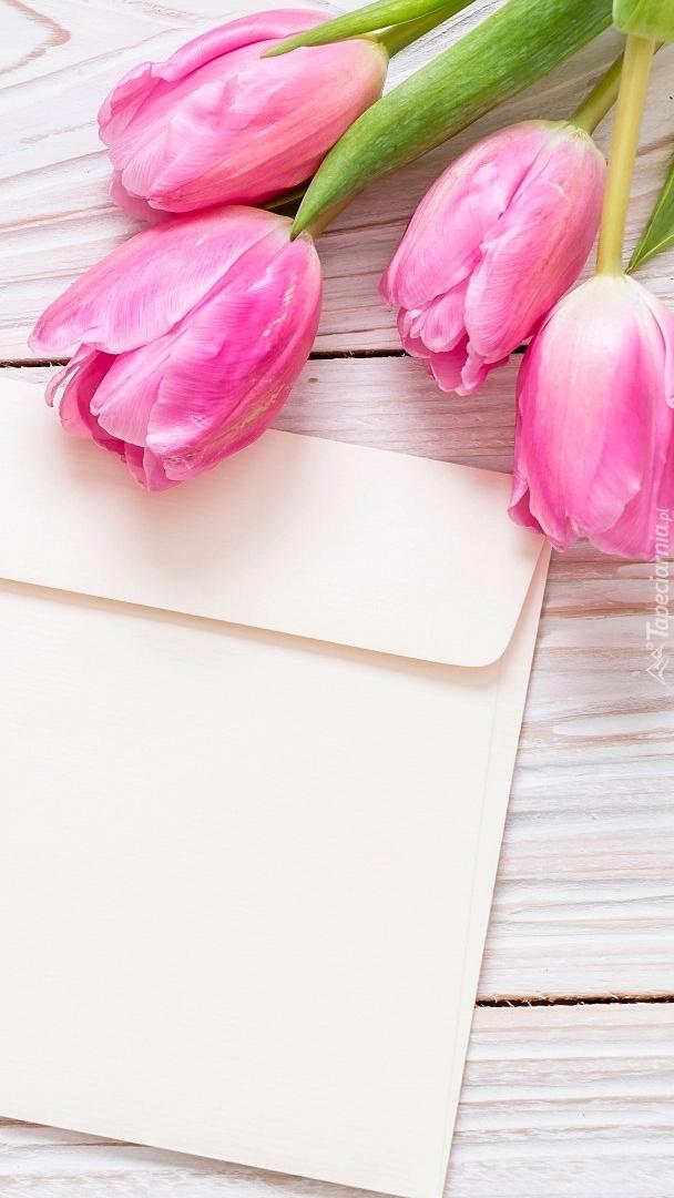 Koperta i różowe tulipany