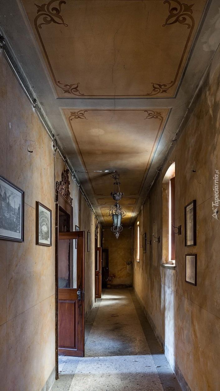 Korytarz z obrazami i drzwiami