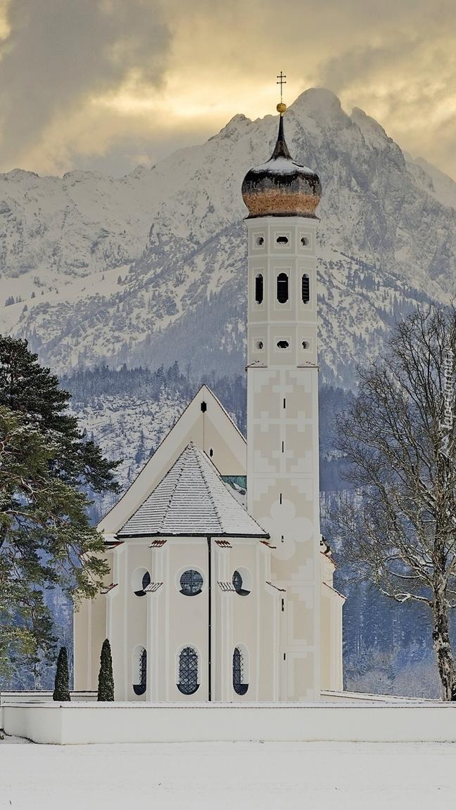 Kościół Eglise Saint Coloman na tle Alp