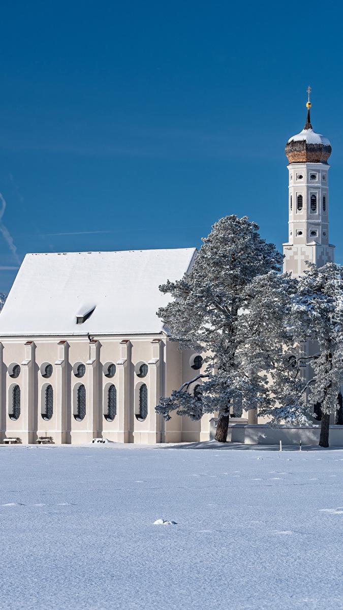 Kościół Eglise Saint Coloman w zimowej scenerii