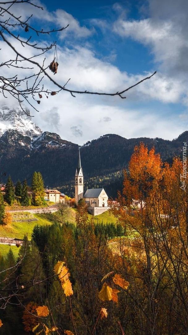 Kościół na tle Dolomitów