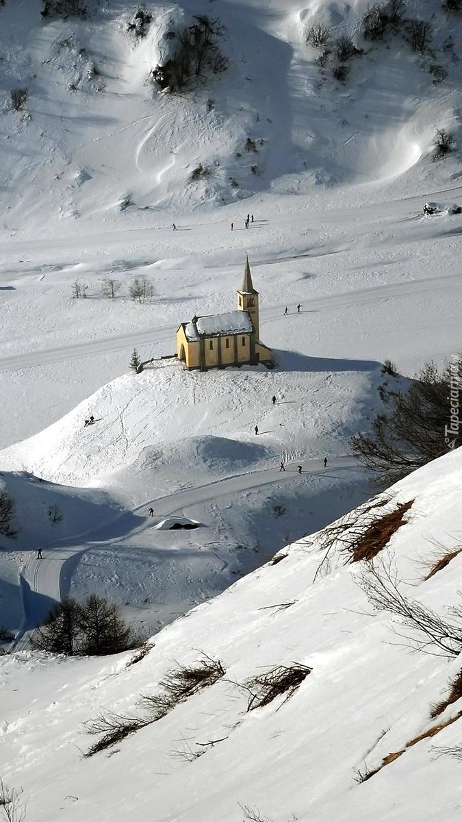 Kościół na wzgórzu zimą