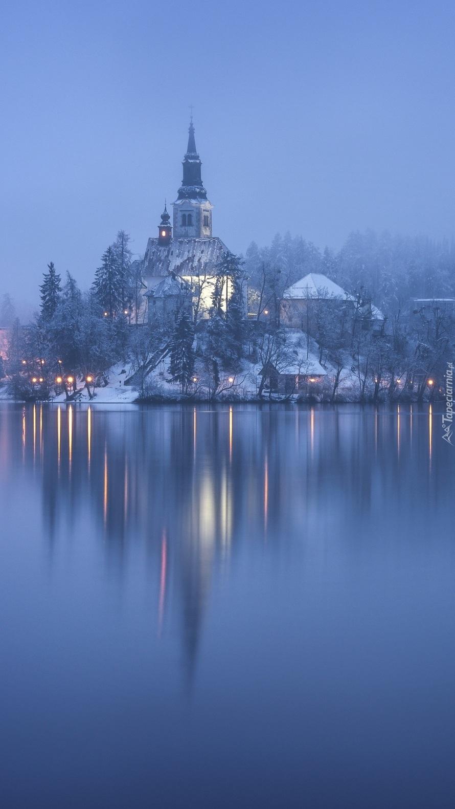 Kościół nad jeziorem Bled we mgle
