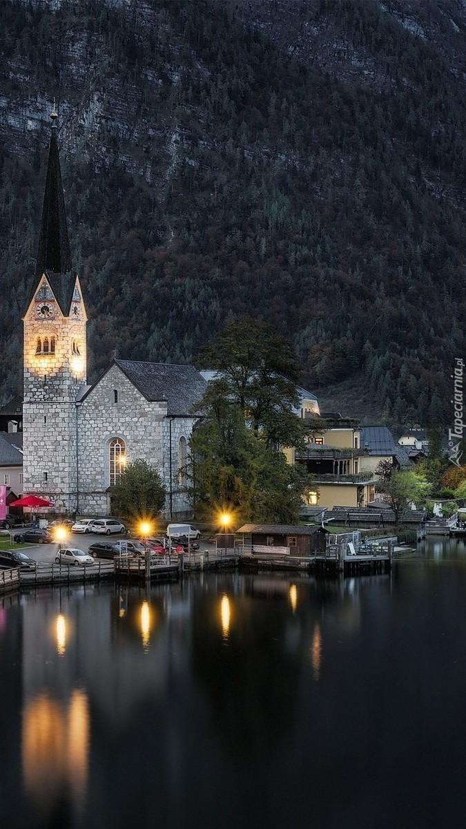 Kościół nad jeziorem w Hallstatt