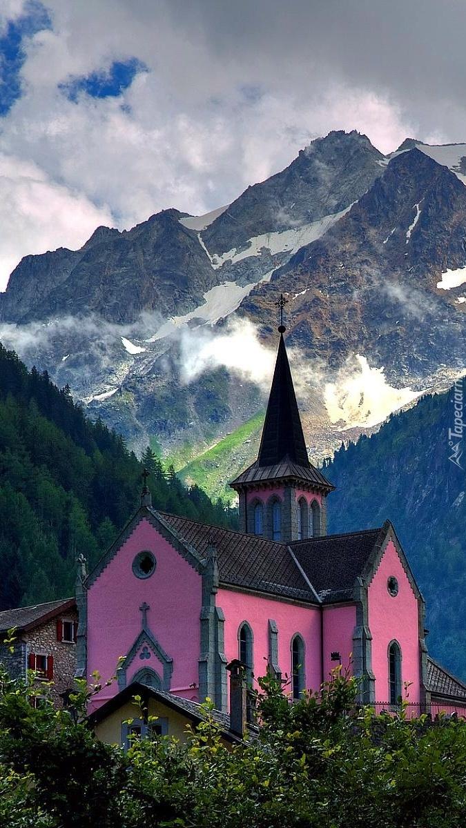 Kościół u podnóża gór