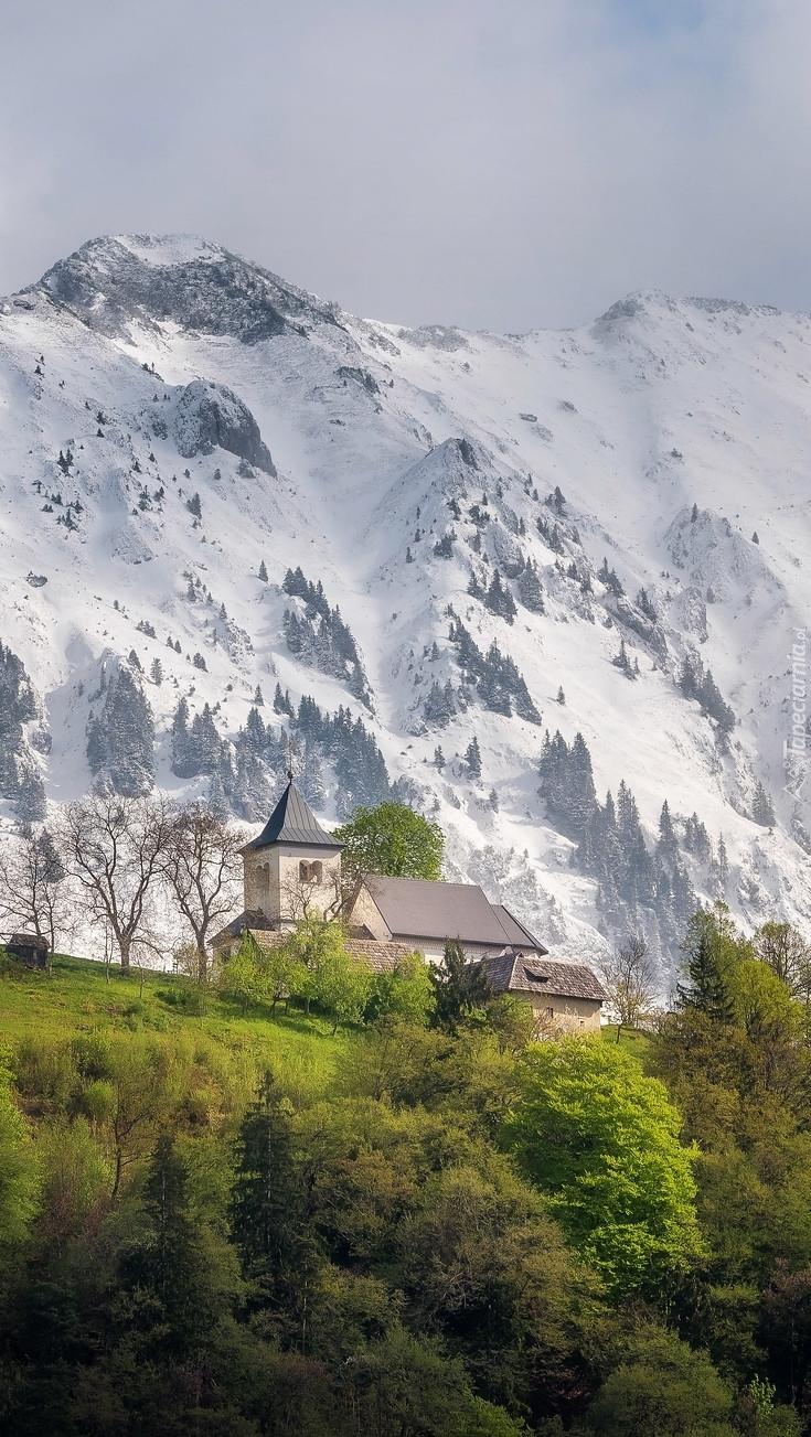Kościół u podnóża zaśnieżonych gór