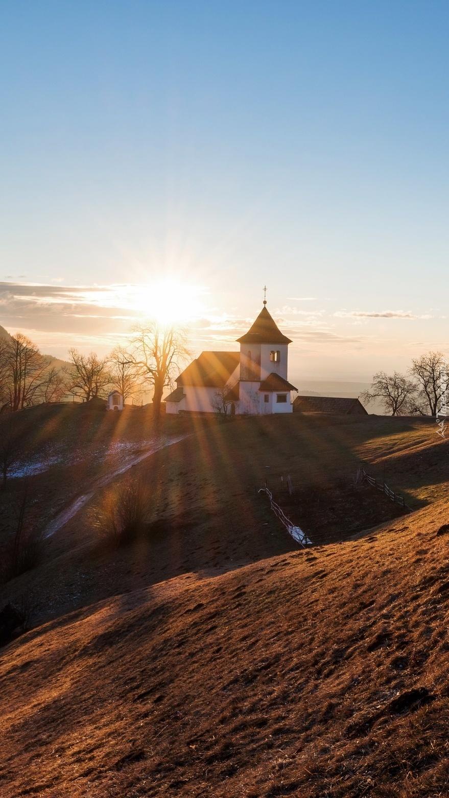 Kościół w promieniach wschodzącego słońca