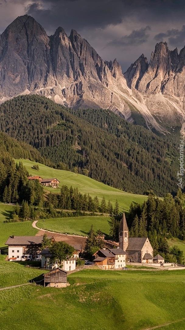 Kościół we wsi Santa Maddalena na tle Dolomitów