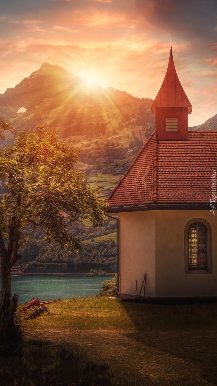 Kościółek nad jeziorem w Szwajcarii
