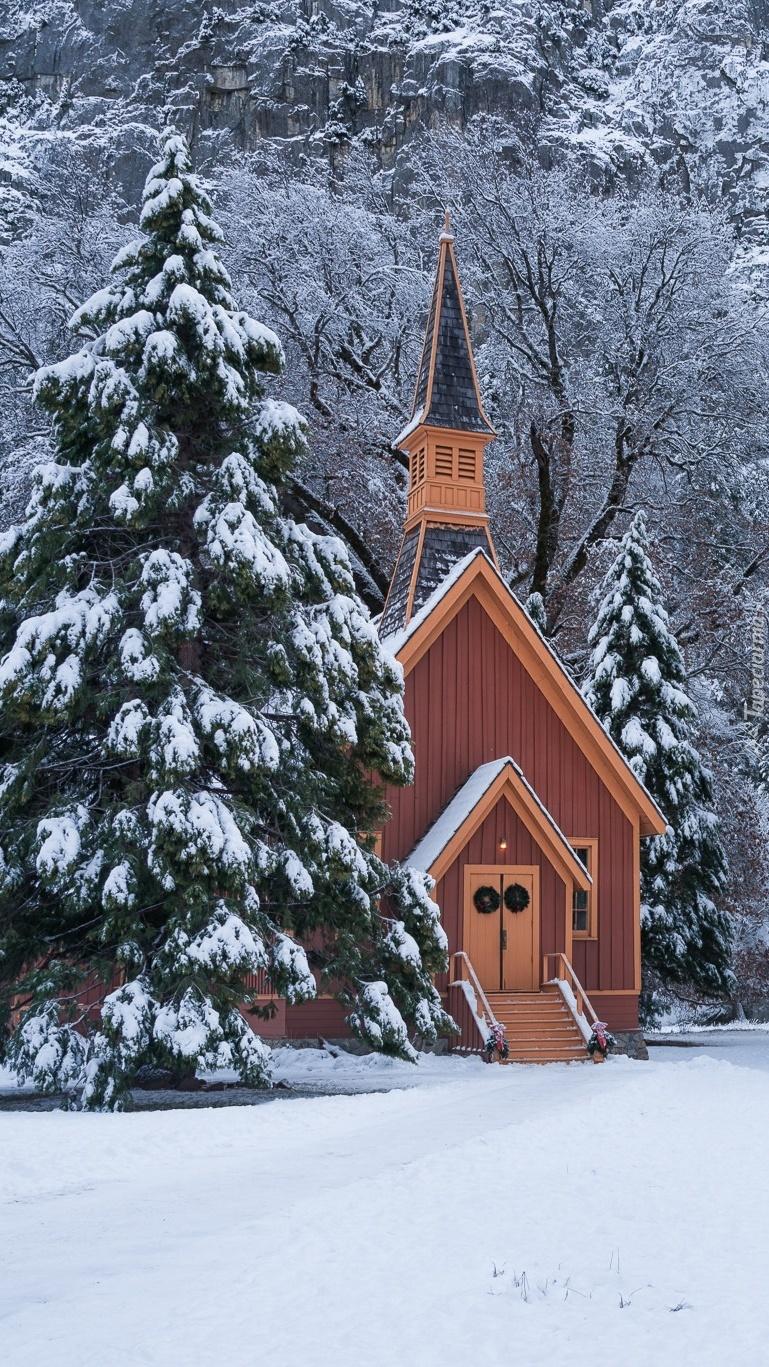 Kościółek pomiędzy ośnieżonymi drzewami
