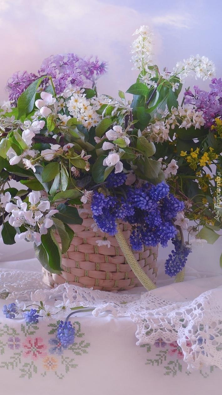 Kosz z kwiatami na haftowanej serwecie
