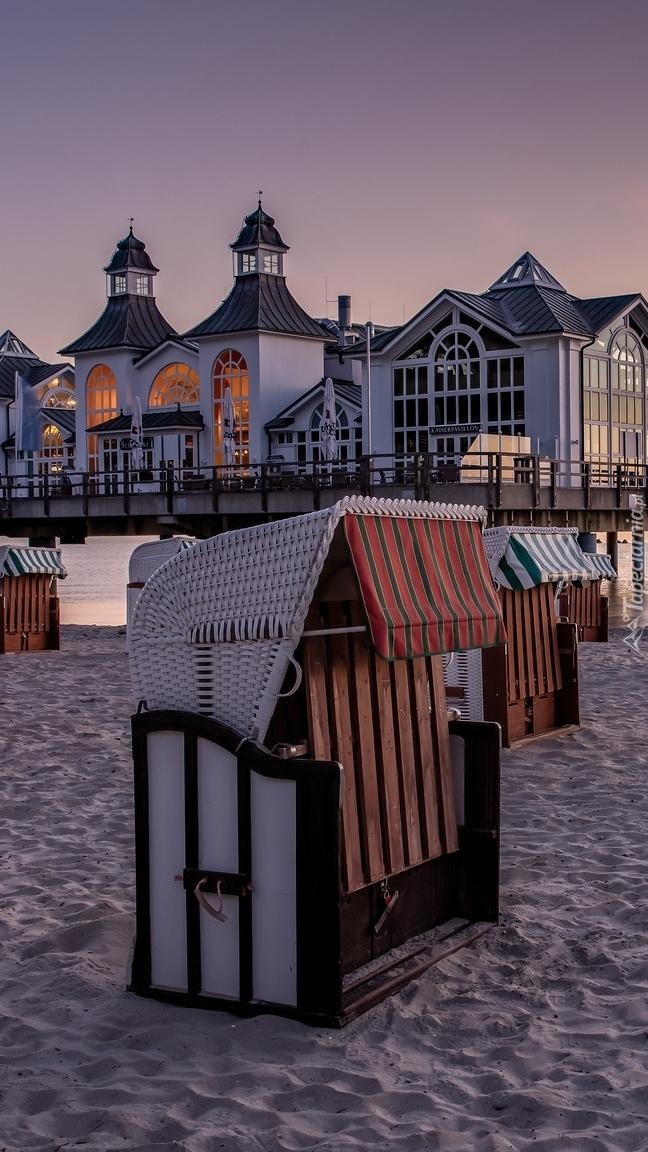 Kosze plażowe przy molu z restauracją