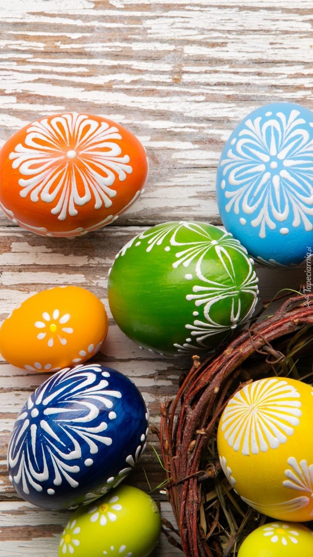Koszyk z malowanymi jajami
