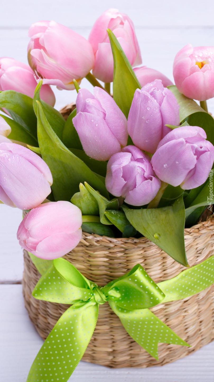 Koszyk z tulipanami i wstążką