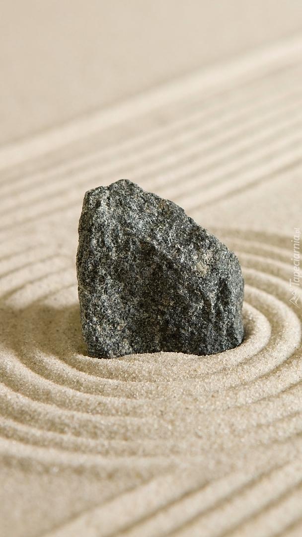 Kręgi na piasku wokół kamienia