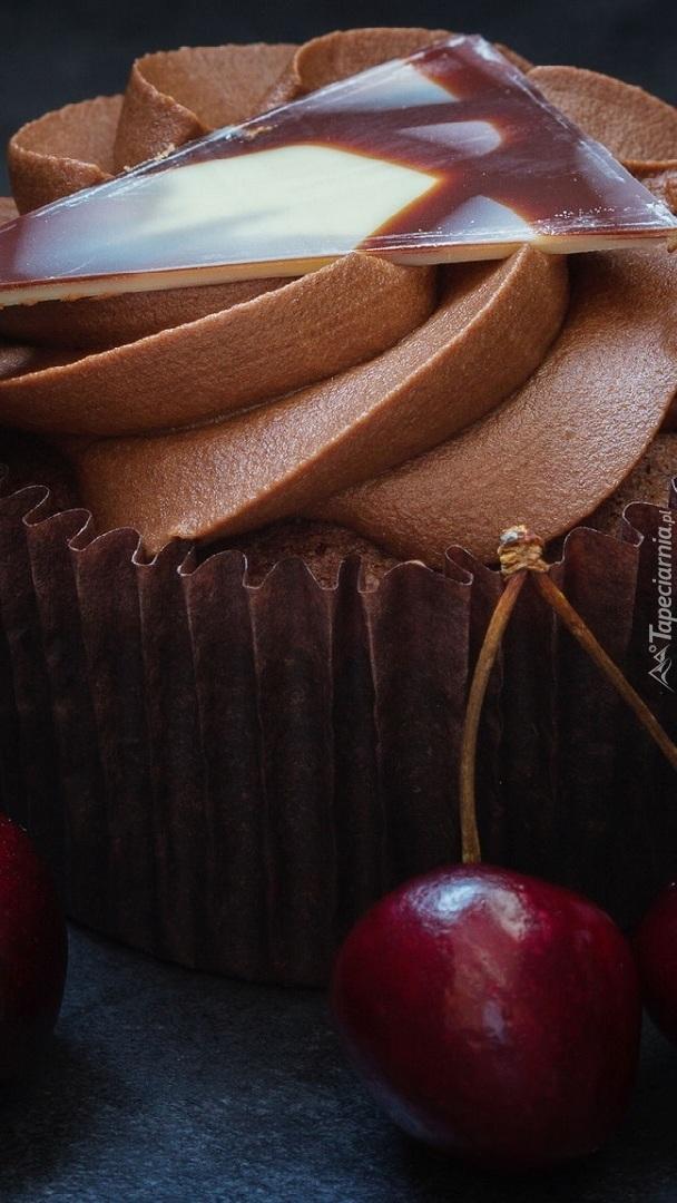 Krem czekoladowy na babeczce i czereśnia