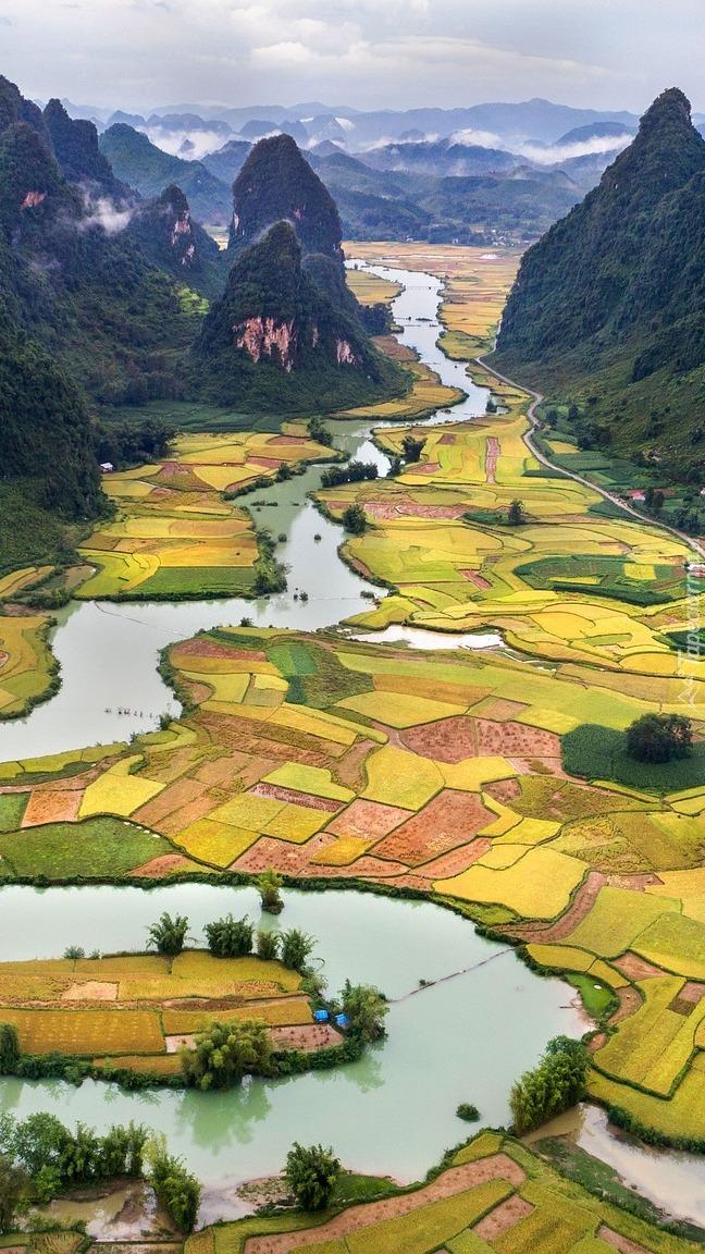 Kręta rzeka i pola w Wietnamie
