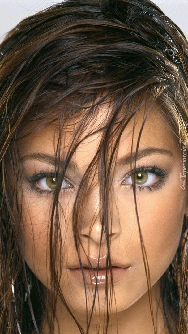 Kristin Kreuk z mokrymi włosami