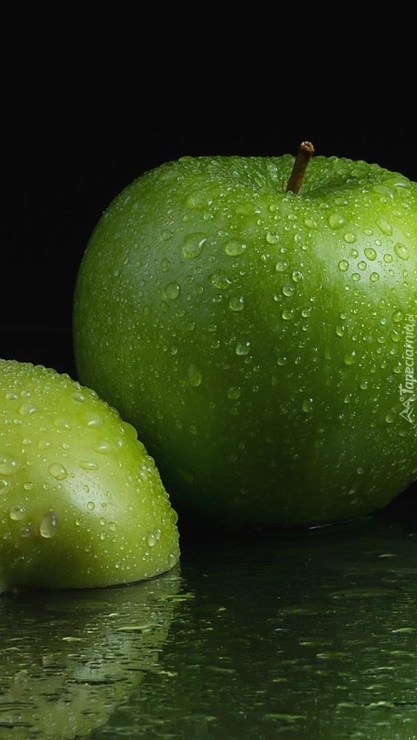 Krople wody na zielonych jabłkach