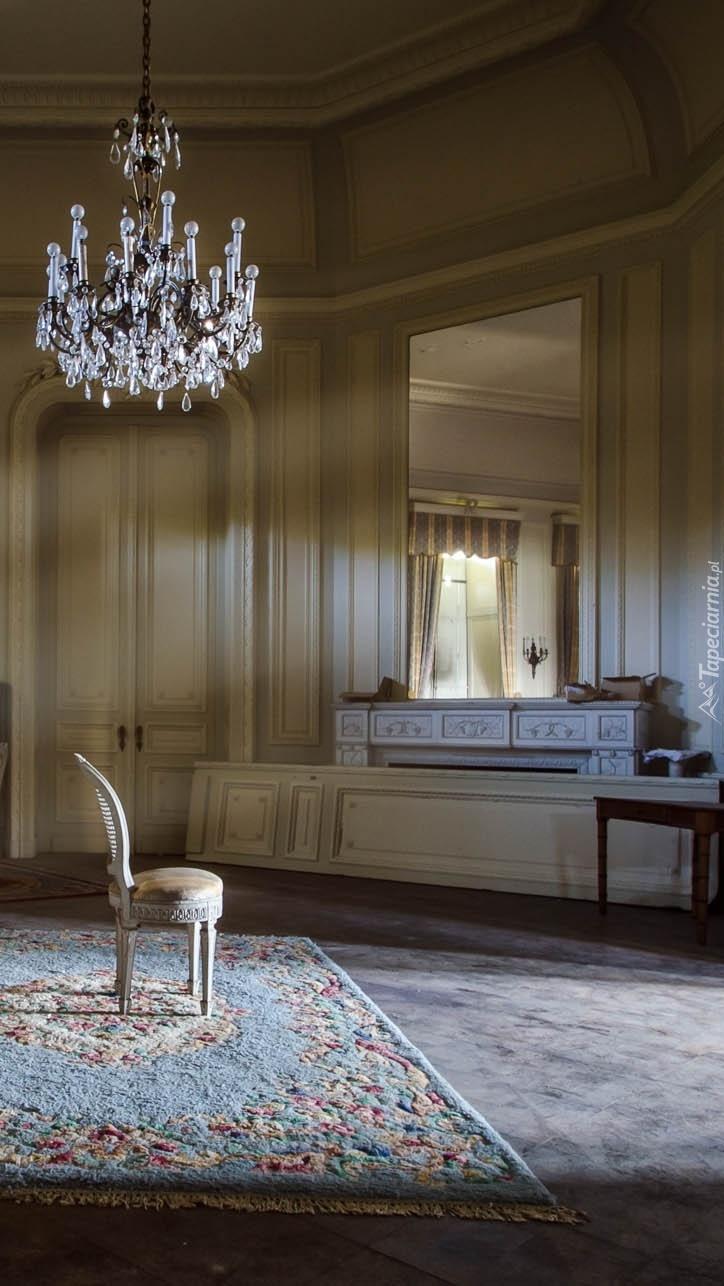 Krzesło na środku pokoju