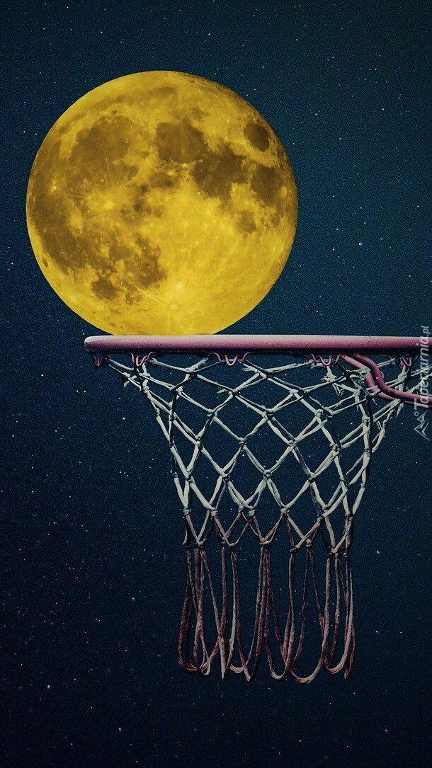 Księżyc nad koszem do koszykówki