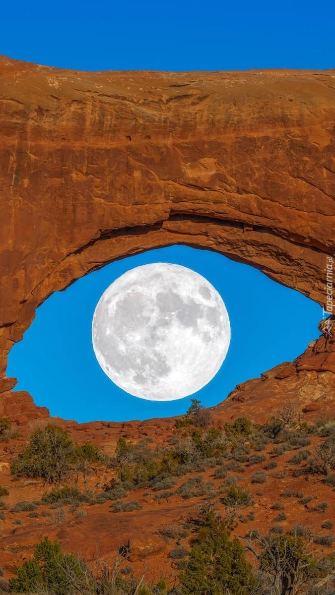 Księżyc w łuku skalnym Double Arch