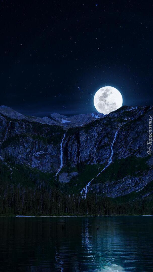 Księżyc w pełni nad górami