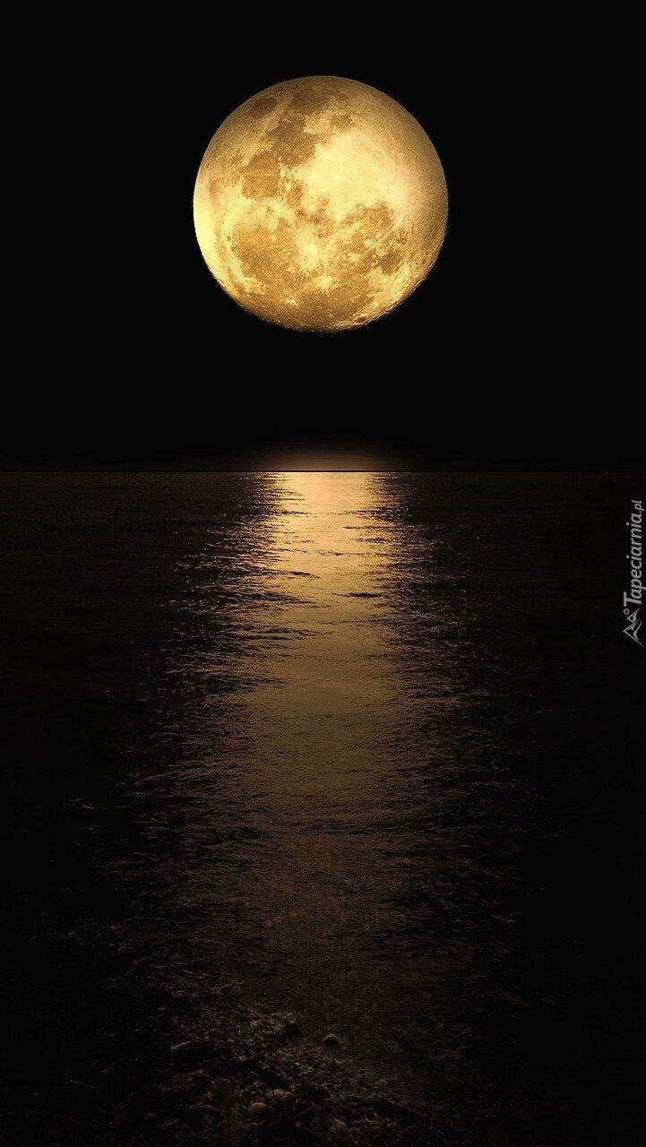 Księżyc w pełni nad morzem