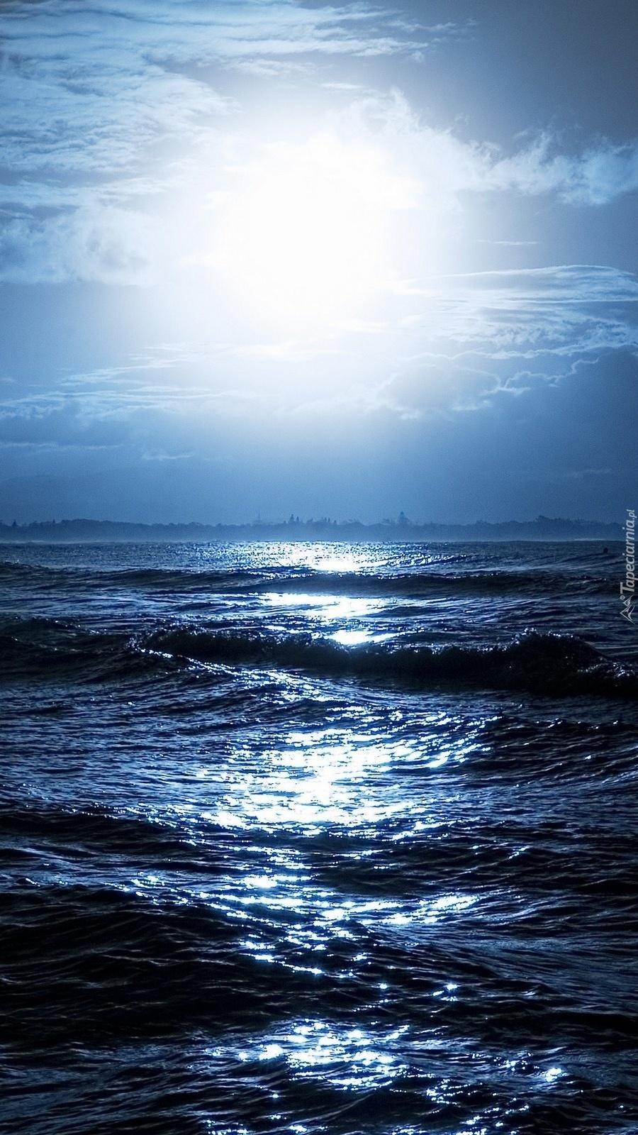 Księżycowa noc nad morzem