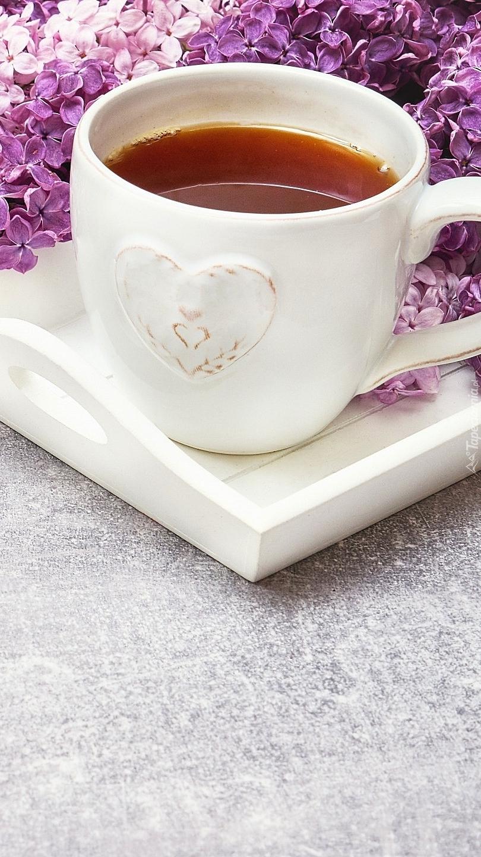 Kubek herbaty na tacy