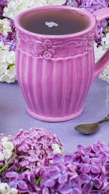 Kubek herbaty pośród bzu