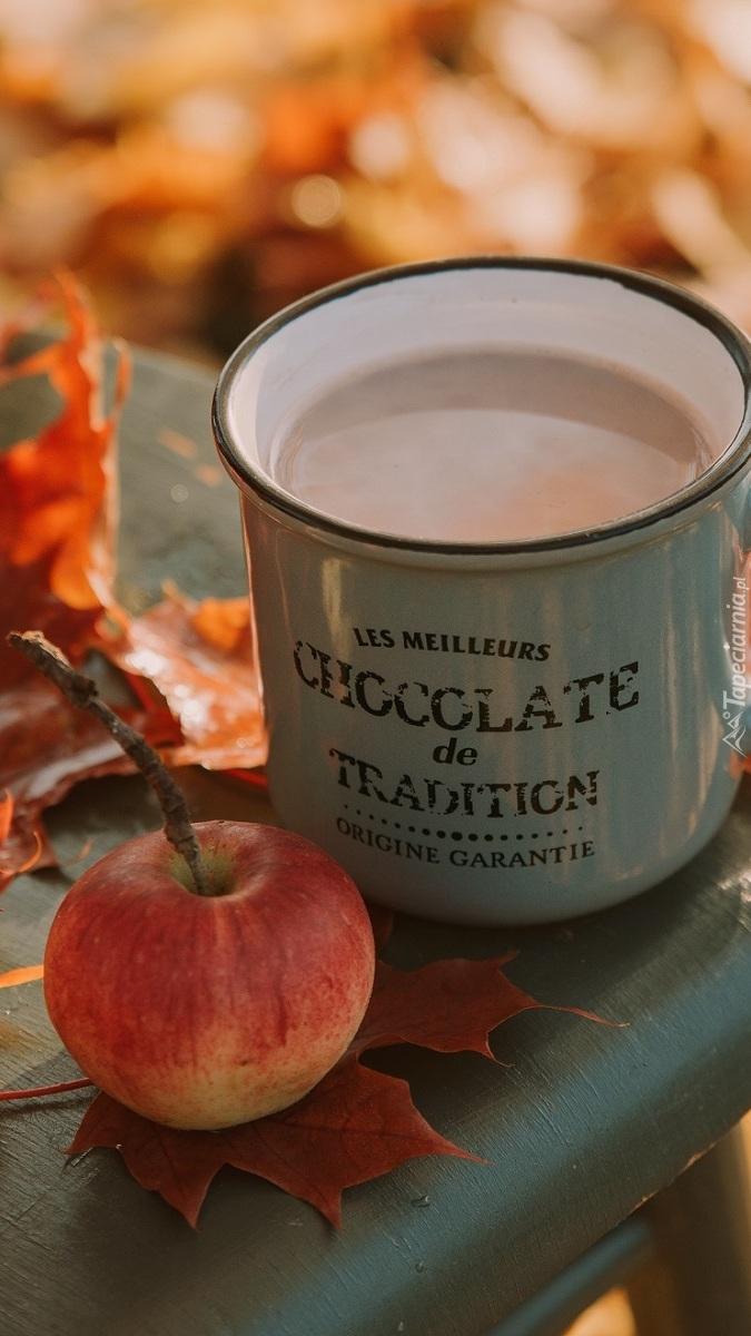 Kubek kakao obok jabłka