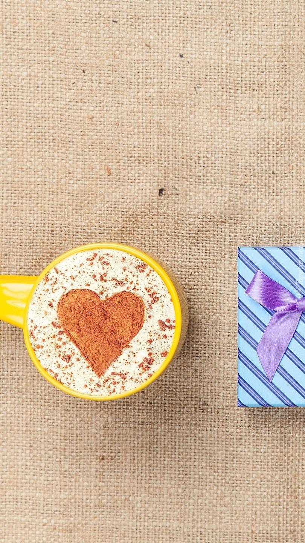 Kubek kawy obok prezentu