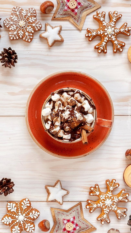 Kubek z czekoladą pośród świątecznych pierników