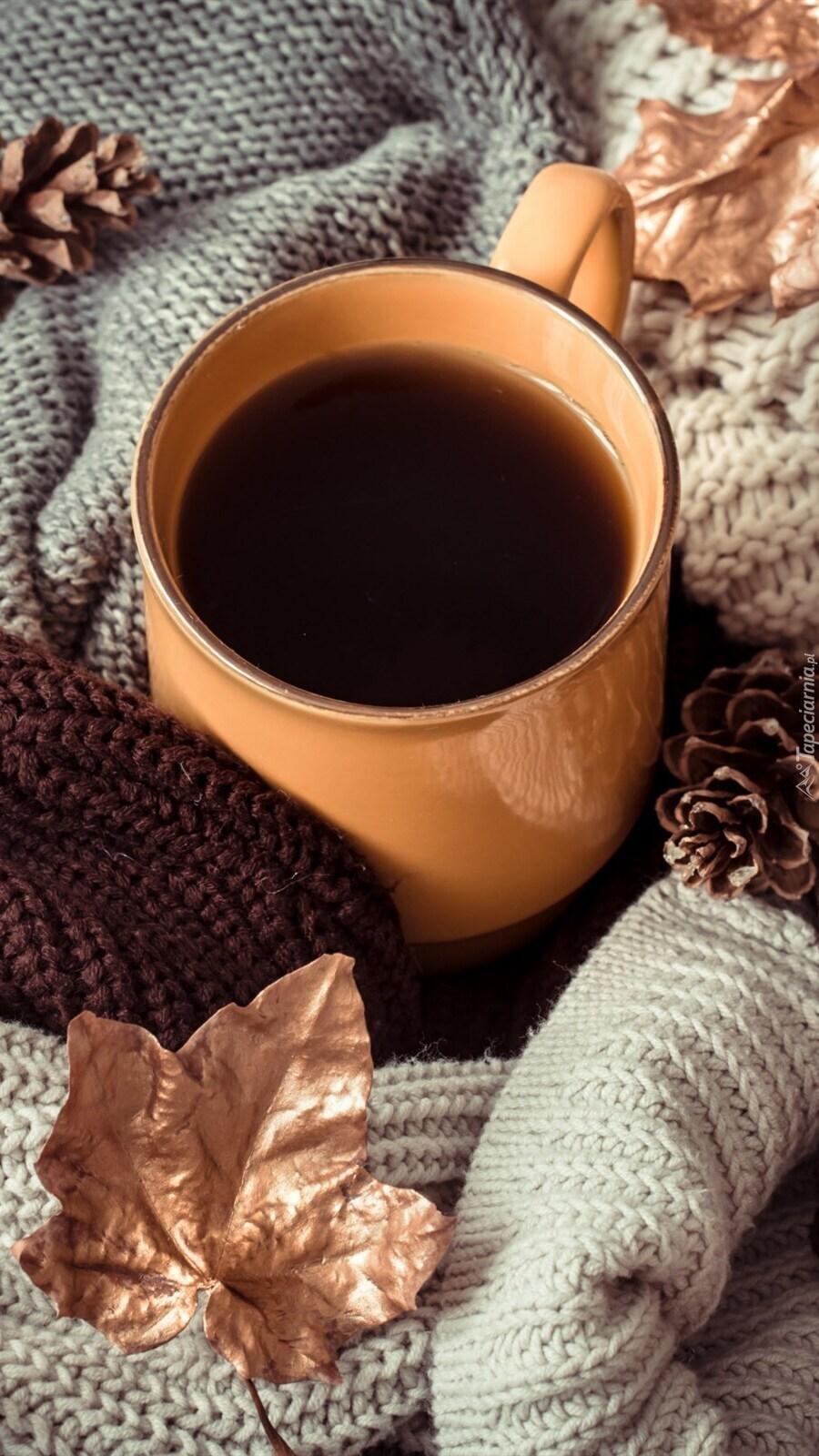 Kubek z herbatą na szalu