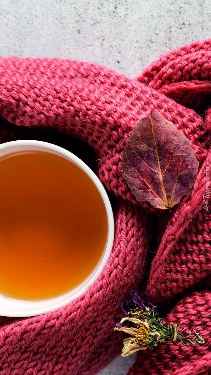 Kubek z herbatą owinięty szalikiem