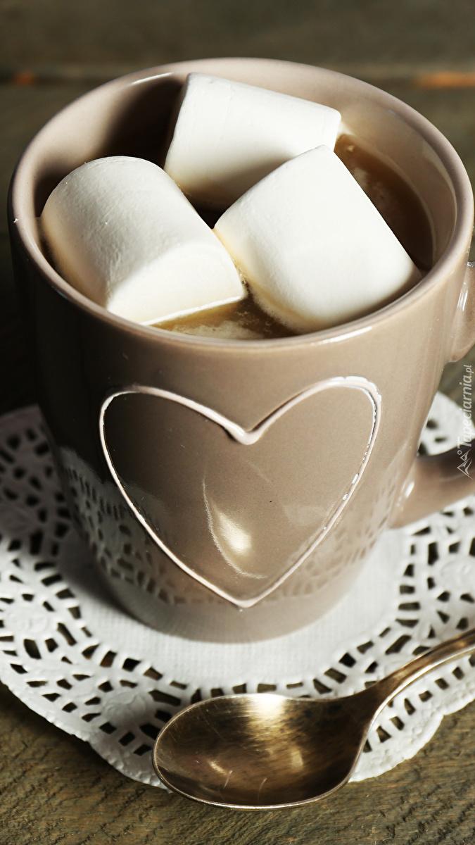 Kubek z kawą i piankami