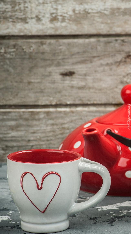 Kubek z serduszkiem obok czajnika