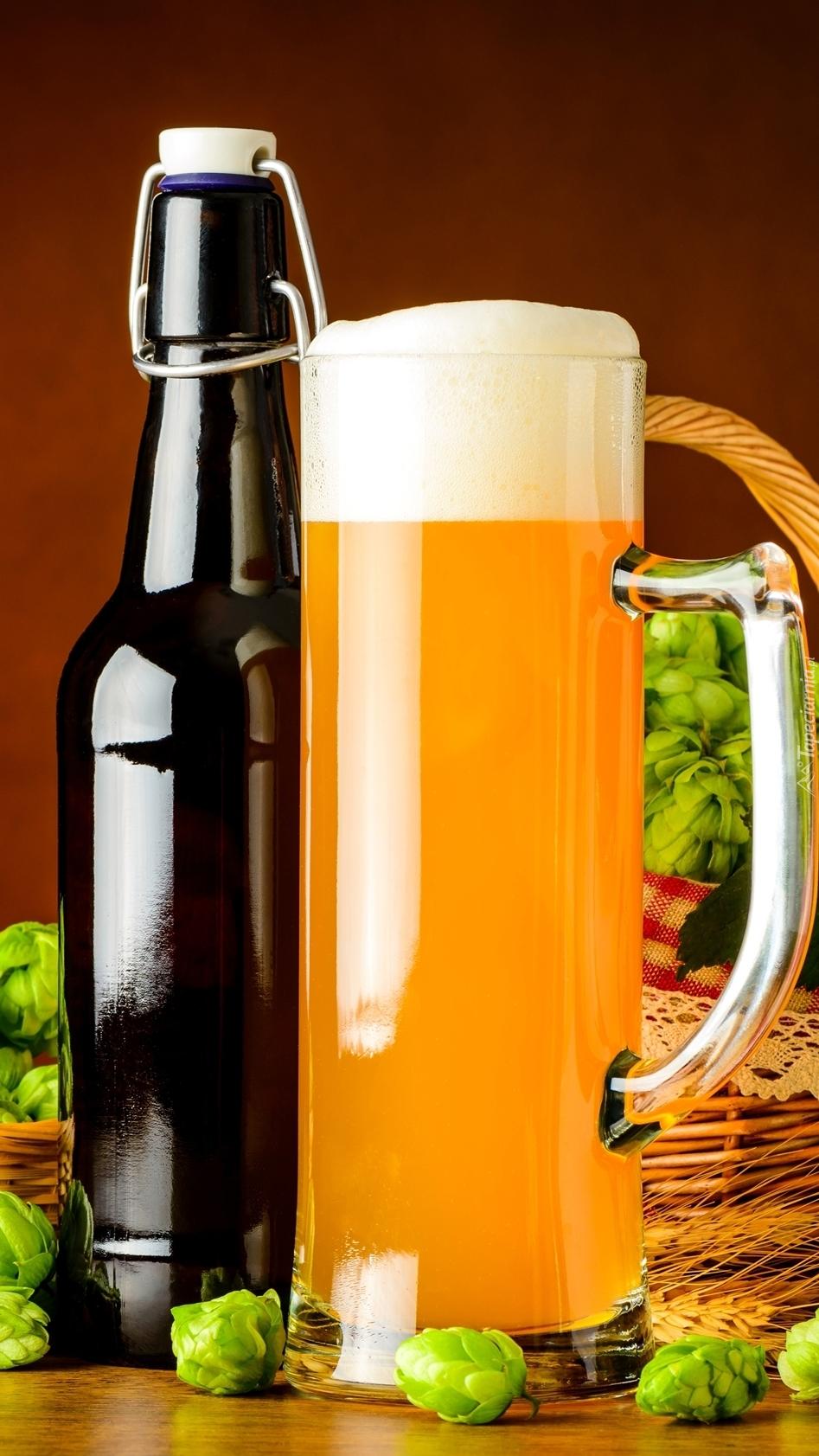 Kufel piwa z pianką i butelka